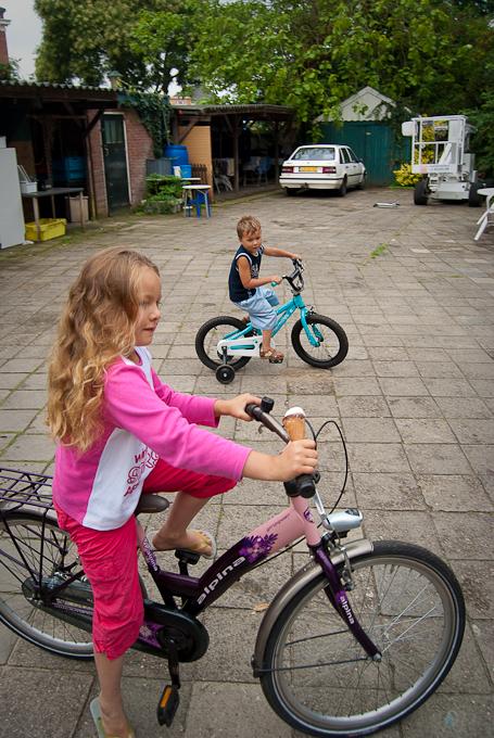 Zina en Tarik proberen hun nieuwe fiets uit