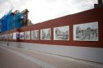 """De foto expositie op """"onze"""" bouwschutting hangt klaar om geopend te worden"""