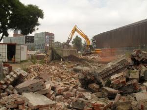 puin wordt geruimd, deel muur geeft zich nog niet gewonnen...