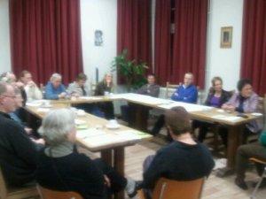 vrijwilligers rond de tafel
