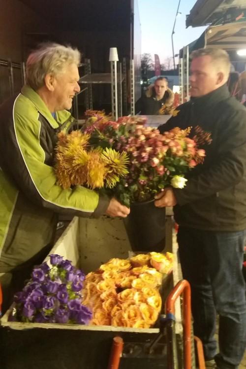 mannes krijgt bloemen